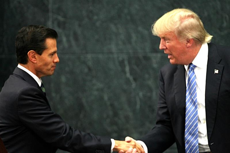 Clinton:Trumpno puede compensar un año de insultos con unas horas en México