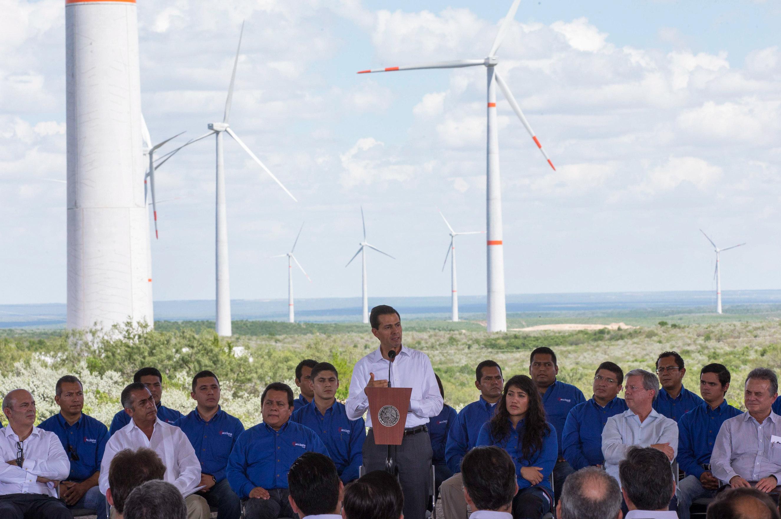 Peña Nieto inaugura complejo eólico construido por empresa española Acciona