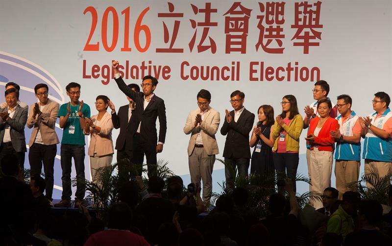 Dos millones de hongkoneses votan en comicios claves para su futuro político
