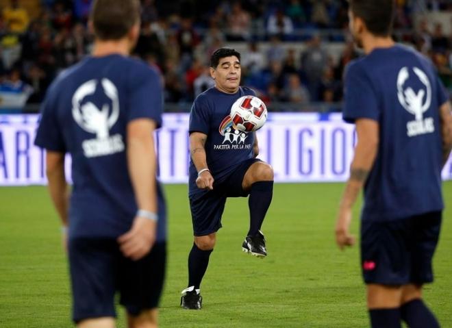 Maradona, Ronaldinho, Sanchís, Verón y Cafu se exhiben en Roma por la paz