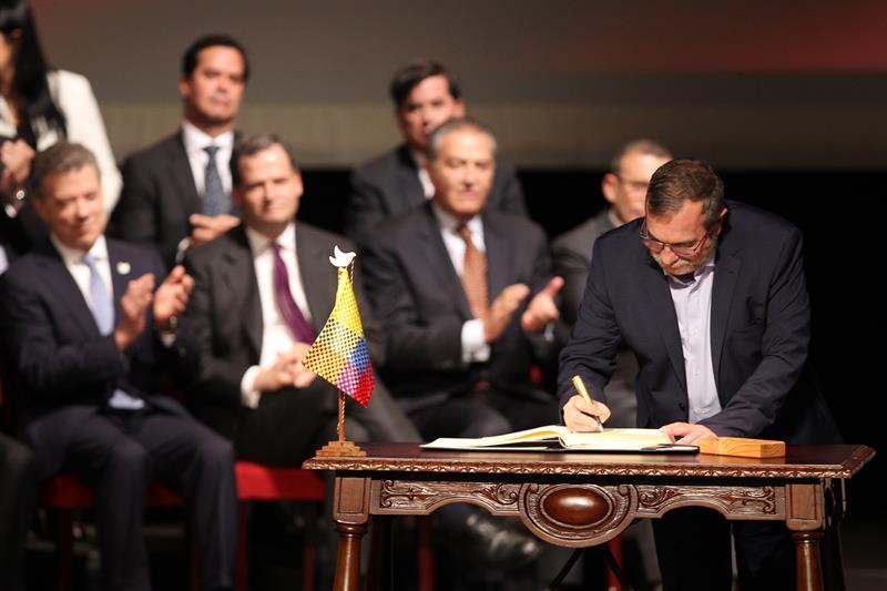 El jefe máximo de las FARC Rodrigo Londoño Echeverry (d) firma el nuevo acuerdo de paz para terminar 52 años de conflicto armado interno EFE/MAURICIO DUENAS CASTAÑEDA