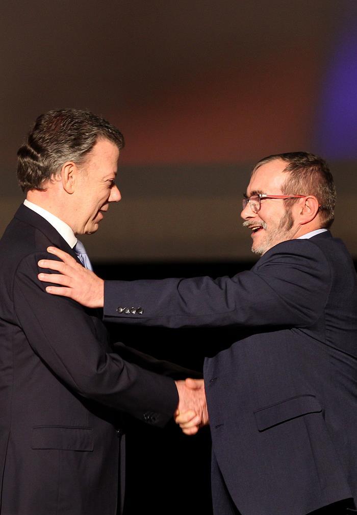 """""""Sí se pudo, sí se pudo"""" Firman acuerdo de paz de Colombia y FARC"""