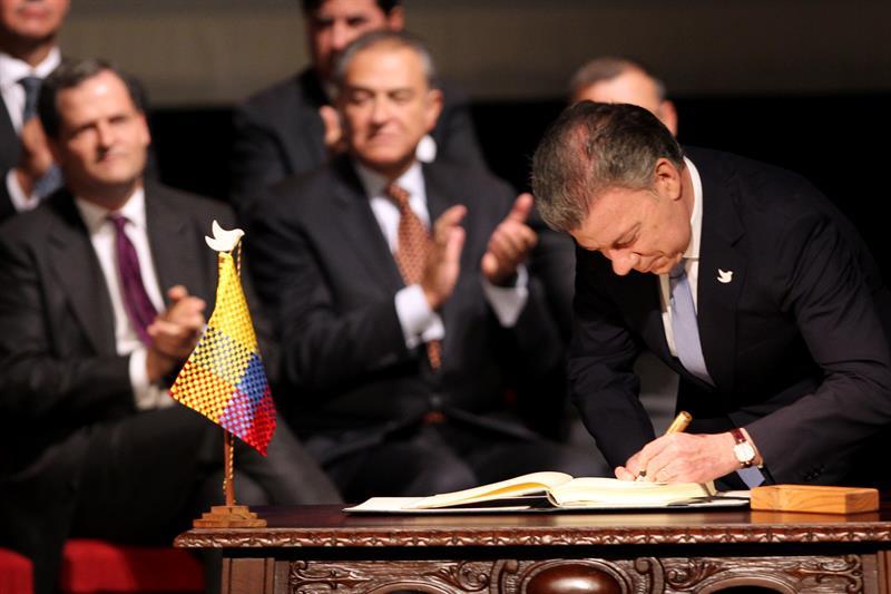El presidente de Colombia Juan Manuel Santos firma el nuevo acuerdo de paz para terminar 52 años de conflicto armado interno hoy, jueves 24 de noviembre de 2016, en Bogotá (Colombia) EFE/MAURICIO DUENAS CASTAÑEDA