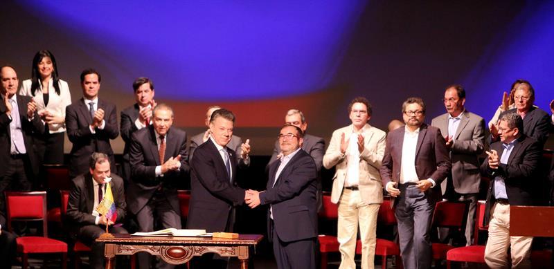 El presidente de Colombia Juan Manuel Santos (c-i) y el jefe máximo de las FARC Rodrigo Londoño Echeverry (c-d) se felicitan luego de firmar el nuevo acuerdo de paz para terminar 52 años de conflicto armado interno EFE/MAURICIO DUENAS CASTAÑEDA
