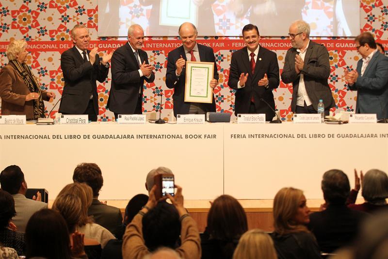 Enrique Krauze recibé homenaje al mérito editorial en la FIL