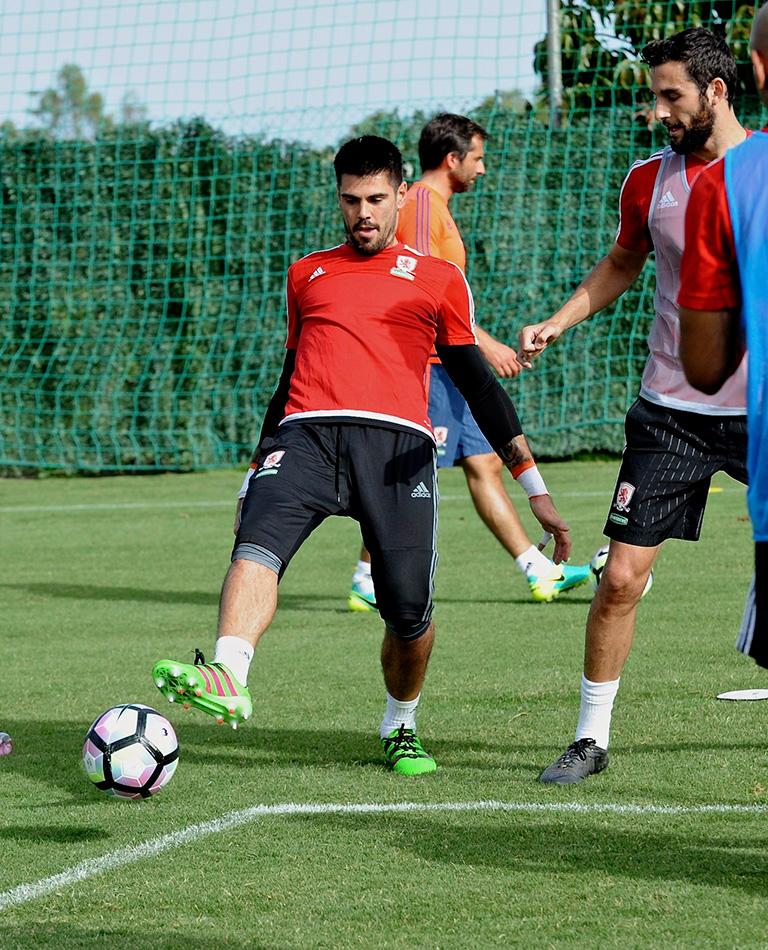 El portero español del Middlesbrough, Víctor Valdés (i), durante un entrenamiento en Marbella (España). EFE/Alf