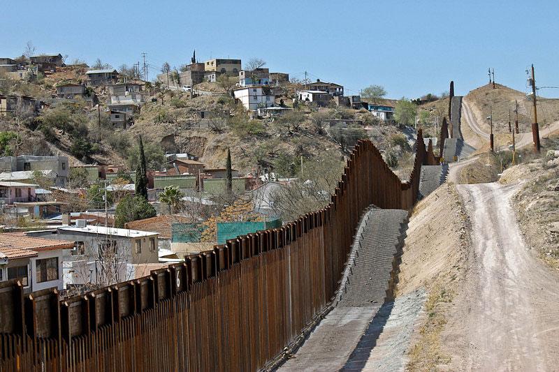 Donald Trump firma orden de construcción de muro froterizo entre EUA y México