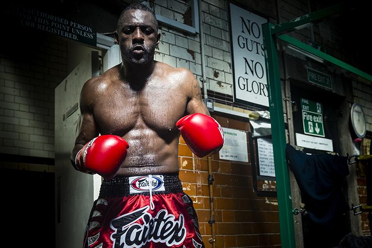 Idris Elba se convierte en un luchador de kickboxing profesional