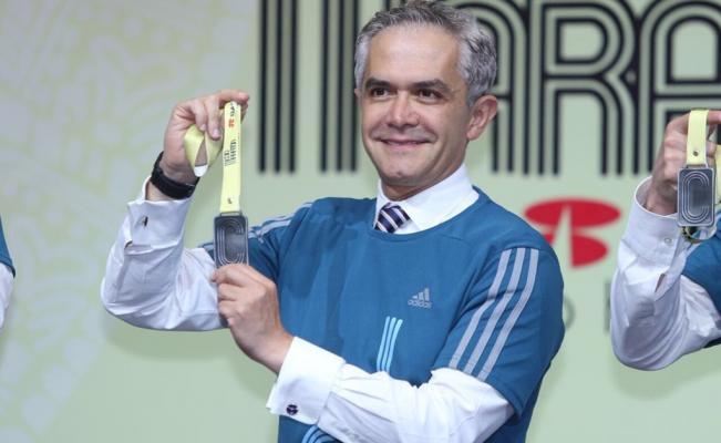 Develan medalla y playera del Medio Maratón CDMX