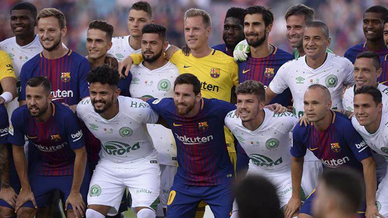 El emotivo homenaje del Barcelona al Chapecoense