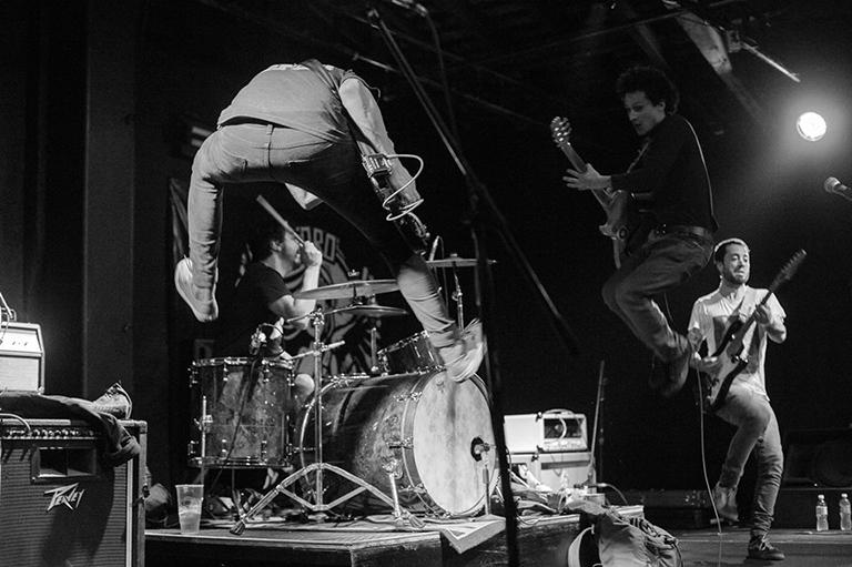 Los 'dolores de huev$#¡' para el punk