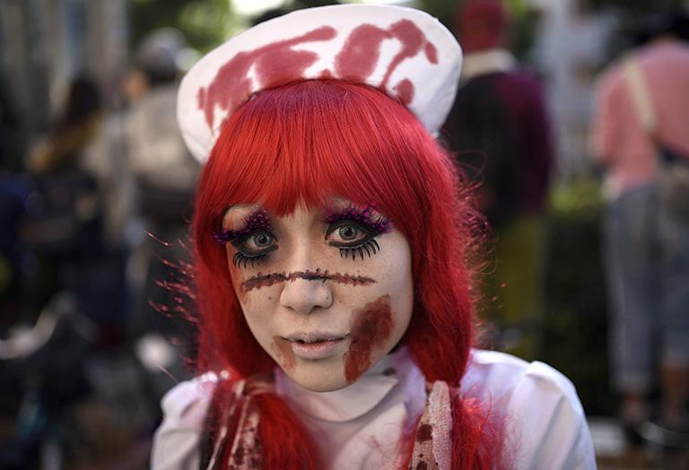 Una japonesa caracterizada como muerta viviente en la ciudad de Kawasaki. EFE/EPA/FRANCK ROBICHON