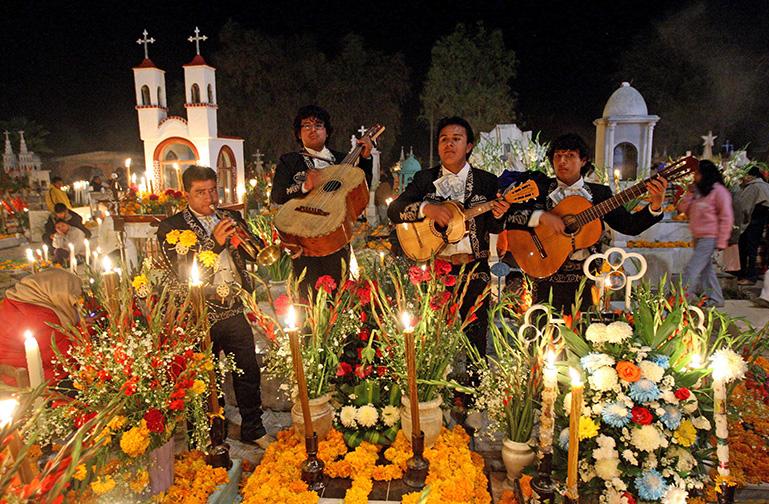 Mariachis interpretan sus instrumentos en un cementerio del municipio de Tlacotepec, estado de Puebla (México), durante la tradicional celebración de la fiesta de los fieles difuntos. EFE/Ulises Ruiz Basurto