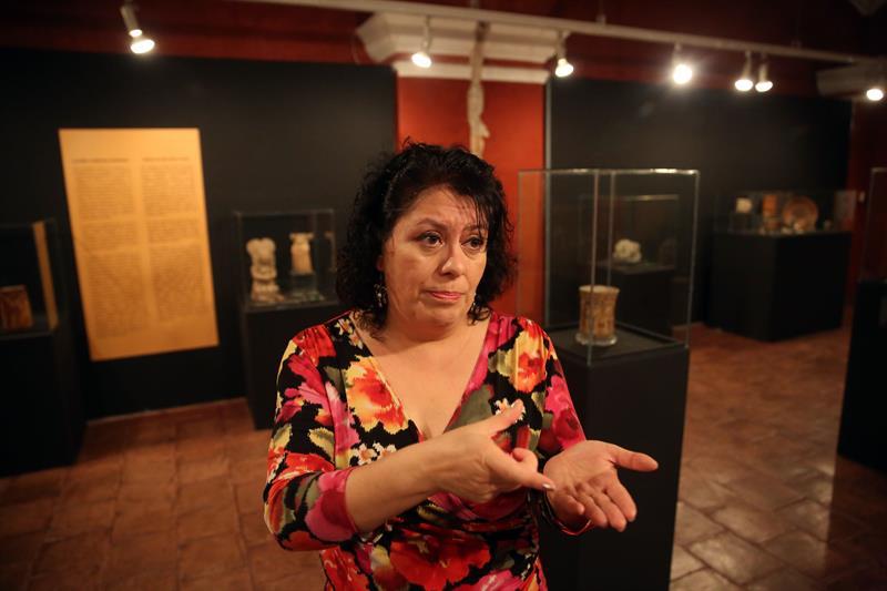 Fotografía del 4 de noviembre de 2016 de la arqueóloga Sofia Paredes quien habla con Efe sobre el arte corporal de los mayas. Foto tomada EFE/Esteban Biba