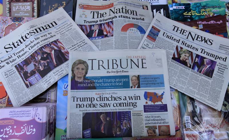 Los principales periódicos de Pakistán colocan en sus portadas la victoria del candidato republicano Donald Trump en las elecciones presidenciales de EEUU, en Peshawar, Pakistán. EFE/Arshad Arbab