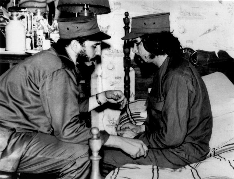 """Fotografía de archivo (La Habana, enero de 1959) del líder cubano Fidel Castro (i), que conversa con Ernesto """"Che"""" Guevara en el interior de un barracón poco después del triunfo de la revolución que ocasionó la caída de Fulgencio Batista. Fidel Castro ha muerto en La Habana a los 90 años de edad, a las 10.29 horas de la noche del 25 de noviembre, según ha anunciado su hermano Raúl Castro. EFE/"""
