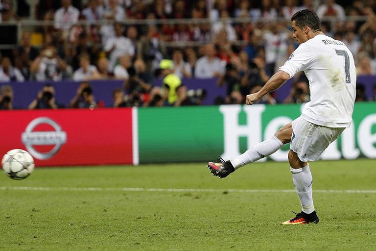 El delantero portugués del Real Madrid Cristiano Ronaldo lanza el definitivo penalti que daba el triunfo al equipo merengue durante la final de Liga de Campeones que disputaron el Real Madrid y Atlético de Madrid en el estadio de San Siro, en Milán. Según Sumpter, los lanzamientos de penaltis también tienen una explicación matemática y estadística. EFE/JuanJo Martín