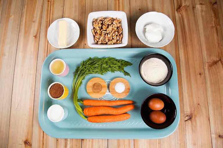 Imagen de los ingredientes presentados en una caja regalo para elaborar una tarta de zanahorias. Foto: Foodinthebox
