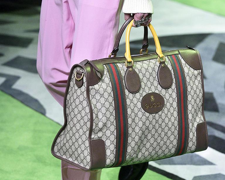 Una modelo presenta un bolso de la colección Primavera / Verano 2017 colección masculina de la casa de moda Gucci. EPA / FLAVIO LO SCALZO