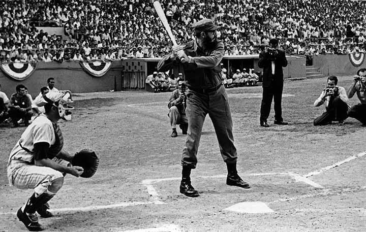 AFICIONES DE FIDEL CASTRO: El presidente cubano Fidel Castro practica el beÌsbol. PRENSA LATINA