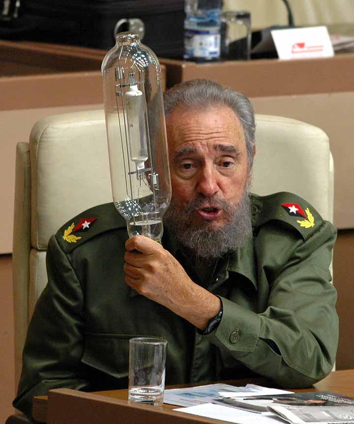 CUBA-CASTRO-PARLAMENTO: La Habana, 23-12-2005.- El presidente cubano Fidel Castro bromea sosteniendo una l·mpara durante una las sesiÛn de la Asamblea Nacional del Poder Popular (parlamento) en el Palacio de Convenciones de La Habana. EFE/ALEJANDRO ERNESTO
