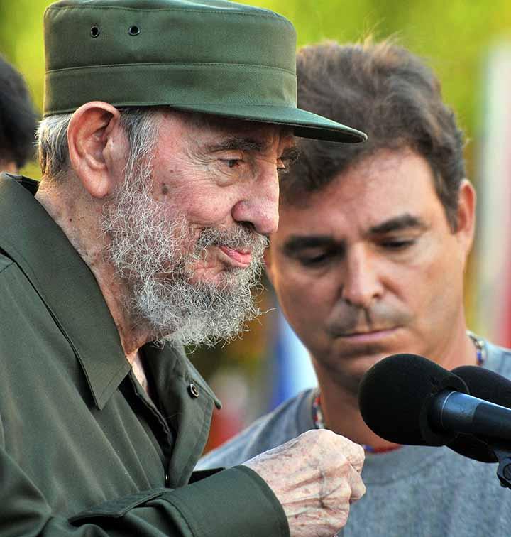 CUBA-CASTRO:HAB18 - LA HABANA (CUBA), 03/09/2010.- El ex presidente cubano Fidel Castro (i) se dispone a pronunciar un discurso hoy, viernes 3 de septiembre de 2010, en la escalinata de la Universidad de La Habana (Cuba), durante una ceremonia por el inicio del aÒo acadÈmico. Castro hablÛ durante 45 minutos sobre los peligros de una guerra nuclear, en el primer acto masivo y abierto al que asiste desde que enfermÛ y cediÛ el poder en 2006. Lo acompaÒa su hijo Antonio Castro (d). EFE/Alejandro Ernesto