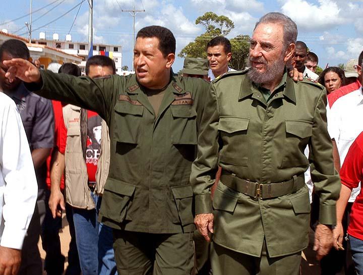 """HAB14 - LA HABANA (CUBA), 22/08/05.- Los presidentes de Cuba y Venezuela, Fidel Castro (dcha.) y Hugo Ch·vez (izda.), respectivamente, caminan por las calles del poblado de Sandino, en la provincia occidental de Pinar del RÌo (Cuba), 200 kilÛmetros al oeste de La Habana, donde se realizÛ hoy, domingo 21 de agosto, el programa televisivo de Ch·vez titulado """"AlÛ presidente"""". EFE/JosÈ Tito MeriÒo/Prensa Latina"""