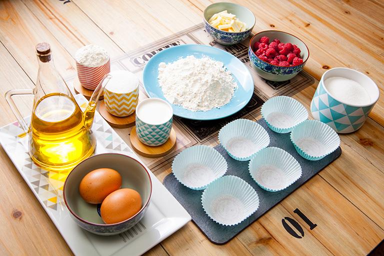 4.- Ingredientes y elementos que entraban en una de las cajas que se utilizan para elaborar unos muffins de chocolate blanco y frambuesas. Foto: Foodinthebox