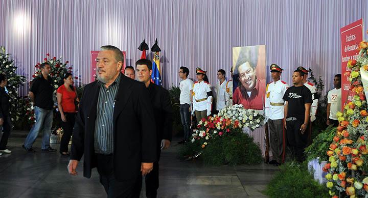 CUBA CH¡VEZ:HAB106 LA HABANA (CUBA) 07/03/2013.- Fidel Castro DÌaz-Balart (i), hijo del lÌder cubano Fidel Castro, pasa hoy, jueves 7 de marzo de 2013, frente a la imagen del presidente venezolano, Hugo Ch·vez, en el homenaje pÛstumo que se le rinde en el mausoleo de la Plaza de la RevoluciÛn en La Habana (Cuba). El presidente de Cuba, Ra˙l Castro, y otras autoridades del Gobierno y del Partido Comunista abrieron hoy en las ciudades de Santiago y La Habana la jornada de homenaje que la isla rendir· este jueves al fallecido mandatario. Castro viajÛ a Venezuela para asistir a las horas f˙nebres del lÌder venezolano. EFE/Stringer