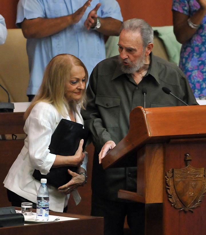 CUBA - CASTRO:HAB06. LA HABANA (CUBA) 07/08/2010.- El ex presidente cubano Fidel Castro (d) habla con su esposa, Dalia Soto del Valle (i), hoy, s·bado 7 de agosto de 2010, durante una sesiÛn extraordinaria de la Asamblea Nacional del Poder Popular (Parlamento) en La Habana, donde expuso su visiÛn del panorama internacional actual. Esta es la primera intervenciÛn de Castro ante el Parlamento desde hace m·s de cuatro aÒos, tras su alejamiento debido a la enfermedad que en 2006 lo obligÛ a ceder la presidencia del paÌs a su hermano Ra˙l. EFE/Alejandro Ernesto
