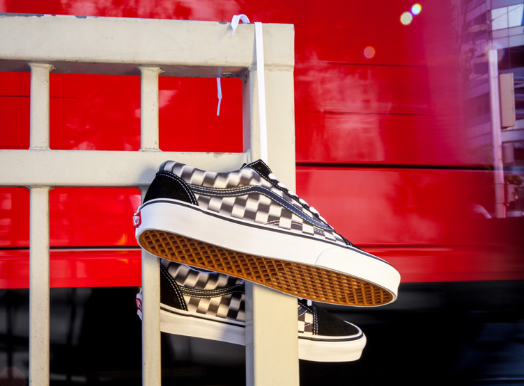 Vans distorsiona las líneas del checkerboard